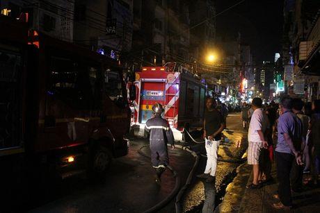 Chay nha tai 'pho Tay' o Sai Gon, hang tram nguoi thao chay - Anh 2