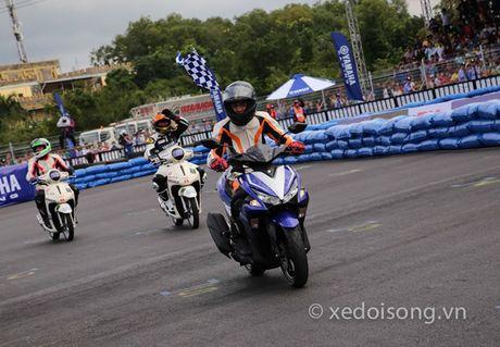 Nguoi Viet dau tien lai Yamaha NVX o Binh Duong - Anh 1