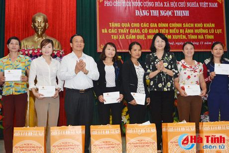 Pho Chu tich nuoc Dang Thi Ngoc Thinh tham nguoi dan vung lu Ha Tinh - Anh 2