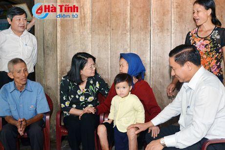 Pho Chu tich nuoc Dang Thi Ngoc Thinh tham nguoi dan vung lu Ha Tinh - Anh 3