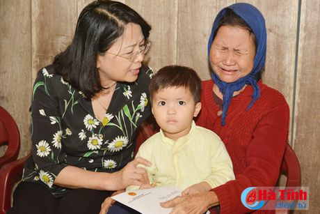 Pho Chu tich nuoc Dang Thi Ngoc Thinh tham nguoi dan vung lu Ha Tinh - Anh 4