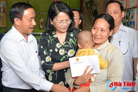 Pho Chu tich nuoc Dang Thi Ngoc Thinh tham nguoi dan vung lu Ha Tinh - Anh 7