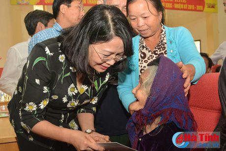 Pho Chu tich nuoc Dang Thi Ngoc Thinh tham nguoi dan vung lu Ha Tinh - Anh 8