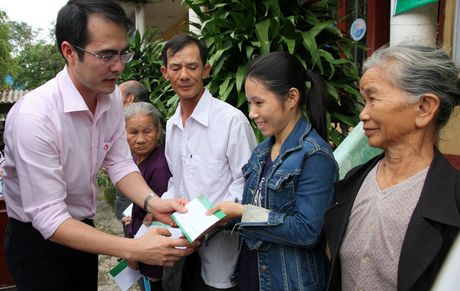 CD Ngan hang CSXH Viet Nam: Trao 300 suat qua cho nguoi dan o vung ron lu tinh Quang Tri - Anh 1