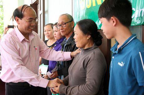 CD Ngan hang CSXH Viet Nam: Trao 300 suat qua cho nguoi dan o vung ron lu tinh Quang Tri - Anh 2
