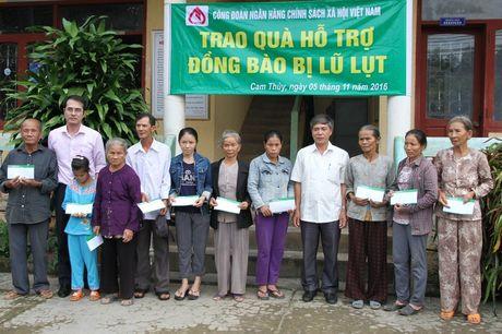 CD Ngan hang CSXH Viet Nam: Trao 300 suat qua cho nguoi dan o vung ron lu tinh Quang Tri - Anh 3