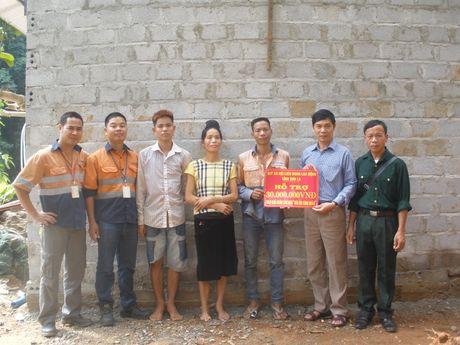 CD nganh Cong thuong Son La: Trao nha 'Mai am CD' cho CNLD - Anh 1