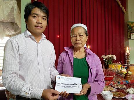 Quang Binh: Tham hoi va trao ho tro cho cac gia dinh cac nan nhan thiet mang do mua lu - Anh 1