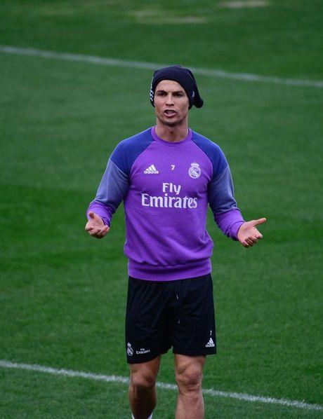 Ronaldo thi trien kung-fu tren san tap - Anh 1
