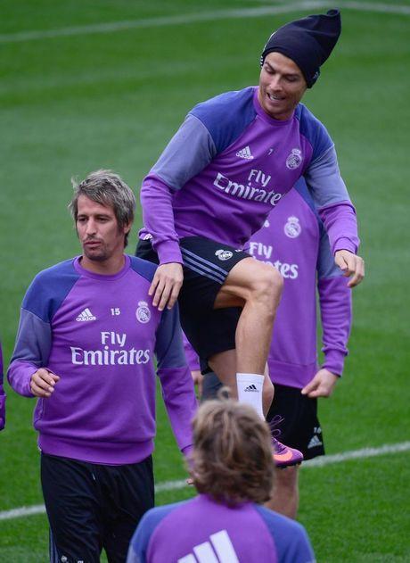 Ronaldo thi trien kung-fu tren san tap - Anh 3