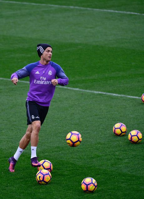 Ronaldo thi trien kung-fu tren san tap - Anh 7