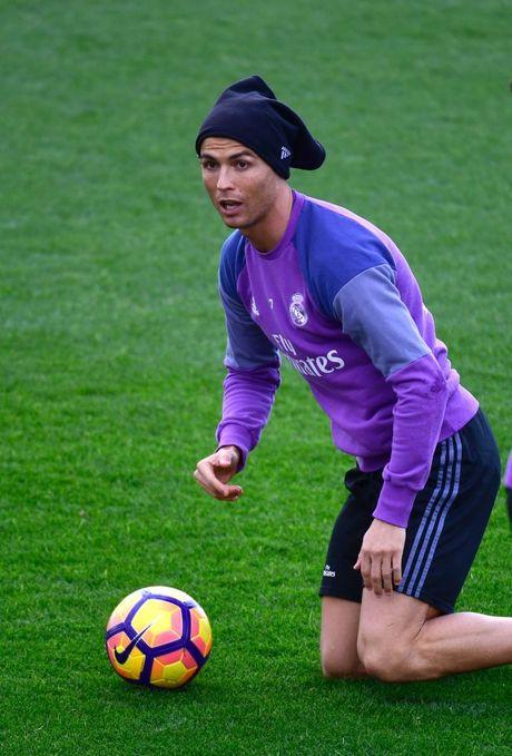 Ronaldo thi trien kung-fu tren san tap - Anh 8