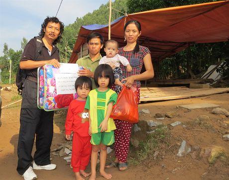 Bao NNVN tiep tuc giup suc cung ba con vung lu Quang Binh - Anh 1