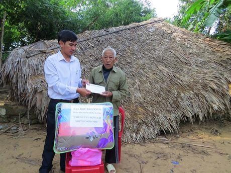 Bao NNVN tiep tuc giup suc cung ba con vung lu Quang Binh - Anh 2