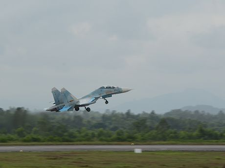 Theo doi tiem kich Su-27 Viet Nam dung manh len troi - Anh 8