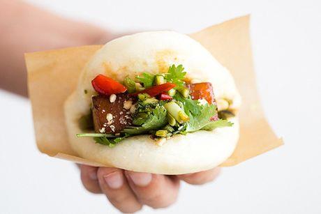 Banh bao kep thit lon om la vi kieu Dai Loan - Anh 1