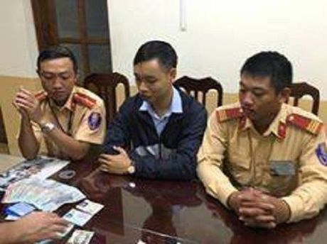 CSGT trao tra 15 trieu dong cung giay to danh roi cho nguoi mat - Anh 1
