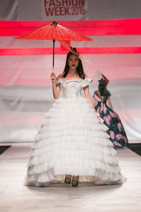 Man nhan voi man ket cua NTK Phuong My tai Vietnam International Fashion Week - Anh 10