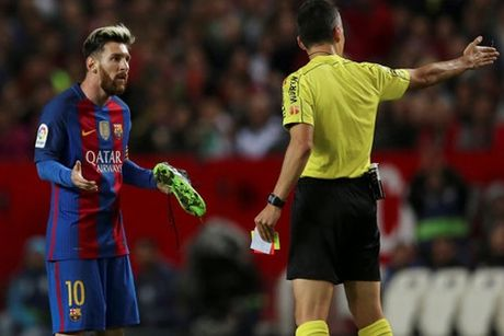 Lionel Messi nhan chiec the vang do…tuot giay - Anh 1