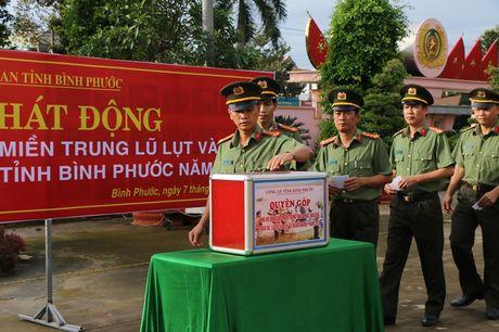 Cong an Binh Phuoc quyen gop hon 93 trieu dong ung ho dong bao mien Trung - Anh 1