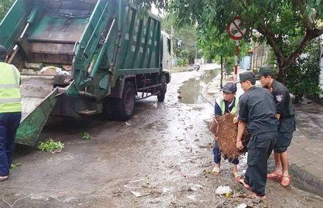 Cong an Phu Yen giup dan khac phuc hau qua thien tai mua lu - Anh 2