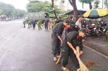 Cong an Phu Yen giup dan khac phuc hau qua thien tai mua lu - Anh 3