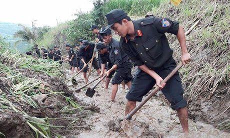 Cong an Phu Yen giup dan khac phuc hau qua thien tai mua lu - Anh 4