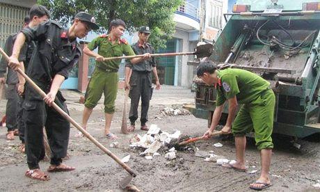 Cong an Phu Yen giup dan khac phuc hau qua thien tai mua lu - Anh 5