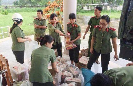 Cong an Phu Yen giup dan khac phuc hau qua thien tai mua lu - Anh 6