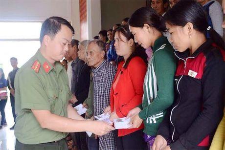 Cong an Phu Yen giup dan khac phuc hau qua thien tai mua lu - Anh 7