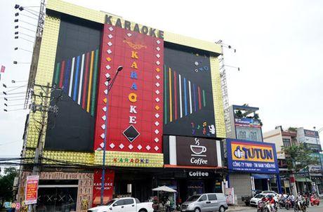 Bien quang cao bit kin quan karaoke, cua hang o Sai Gon - Anh 1
