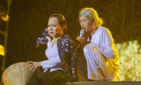 Cho 4 nam de chup anh voi Hoai Linh va cai ket buon - Anh 2