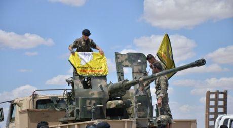 Chien binh Kurd Syria ton that nang khi tan cong thanh tri IS - Anh 1