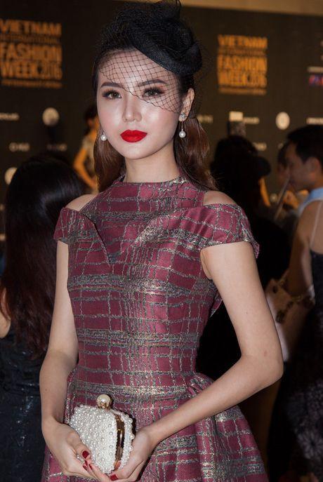 Hoa hau My Linh dien mot vai xe len tham do - Anh 6