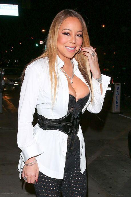 Mariah Carey khoe nguc qua da, lo nguc khi di choi voi trai tre - Anh 3