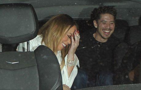 Mariah Carey khoe nguc qua da, lo nguc khi di choi voi trai tre - Anh 9