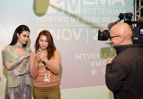 Dong Nhi goi cam khi du Le trao giai EMA o Ha Lan - Anh 4