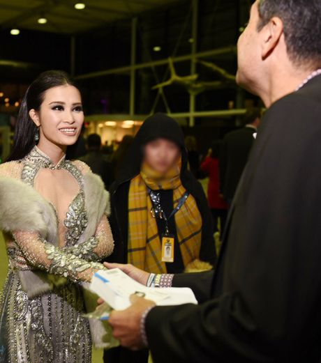 Dong Nhi goi cam khi du Le trao giai EMA o Ha Lan - Anh 5