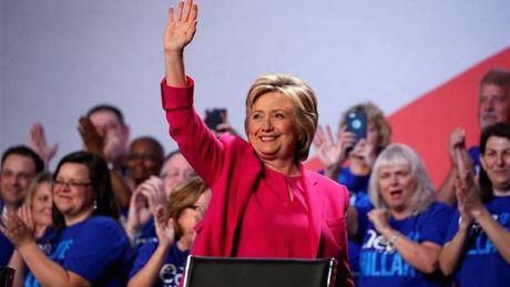FBI tuyen bo ba Clinton trang an 2 ngay truoc bau cu - Anh 1