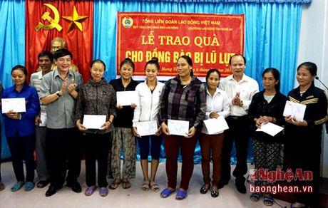 Tong Lien doan lao dong Viet Nam trao qua cho ba con xa Hung Trung - Anh 1