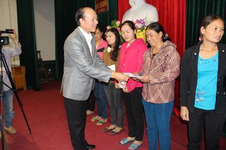 Chi Hoi Phu Nu Nguoi Viet tai Lien Bang Nga trao qua cuu tro - Anh 2