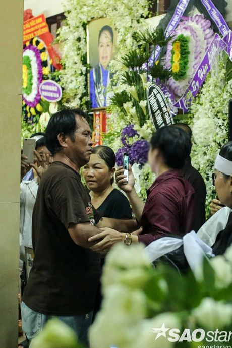 Nguoi dan ong thich selfie cung nghe si tai dam tang Minh Thuan tro lai quay roi le vieng NSUT Ut Bach Lan! - Anh 10