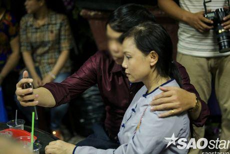 Nguoi dan ong thich selfie cung nghe si tai dam tang Minh Thuan tro lai quay roi le vieng NSUT Ut Bach Lan! - Anh 11