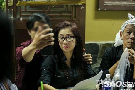 Nguoi dan ong thich selfie cung nghe si tai dam tang Minh Thuan tro lai quay roi le vieng NSUT Ut Bach Lan! - Anh 13