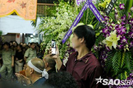 Nguoi dan ong thich selfie cung nghe si tai dam tang Minh Thuan tro lai quay roi le vieng NSUT Ut Bach Lan! - Anh 14