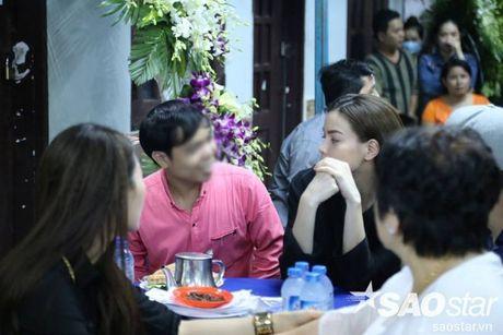 Nguoi dan ong thich selfie cung nghe si tai dam tang Minh Thuan tro lai quay roi le vieng NSUT Ut Bach Lan! - Anh 2