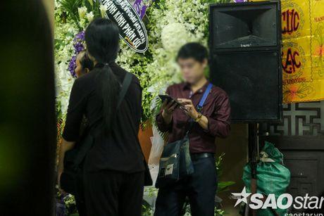 Nguoi dan ong thich selfie cung nghe si tai dam tang Minh Thuan tro lai quay roi le vieng NSUT Ut Bach Lan! - Anh 4