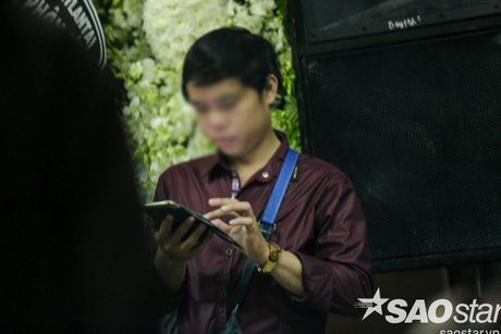 Nguoi dan ong thich selfie cung nghe si tai dam tang Minh Thuan tro lai quay roi le vieng NSUT Ut Bach Lan! - Anh 5