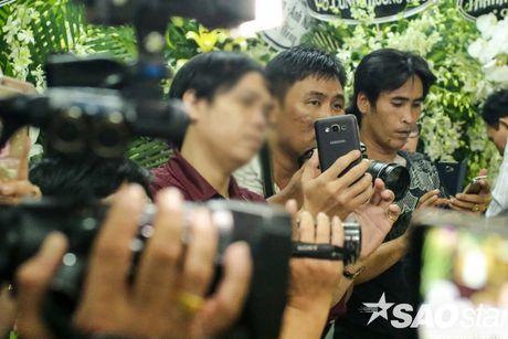 Nguoi dan ong thich selfie cung nghe si tai dam tang Minh Thuan tro lai quay roi le vieng NSUT Ut Bach Lan! - Anh 6