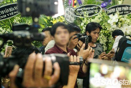 Nguoi dan ong thich selfie cung nghe si tai dam tang Minh Thuan tro lai quay roi le vieng NSUT Ut Bach Lan! - Anh 7